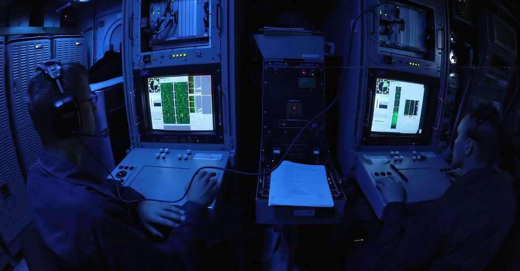 Moniteur de navigation. © U.S. Navy photo by Mass Communication Specialist 2nd Class Lewis Hunsaker - Domaine public