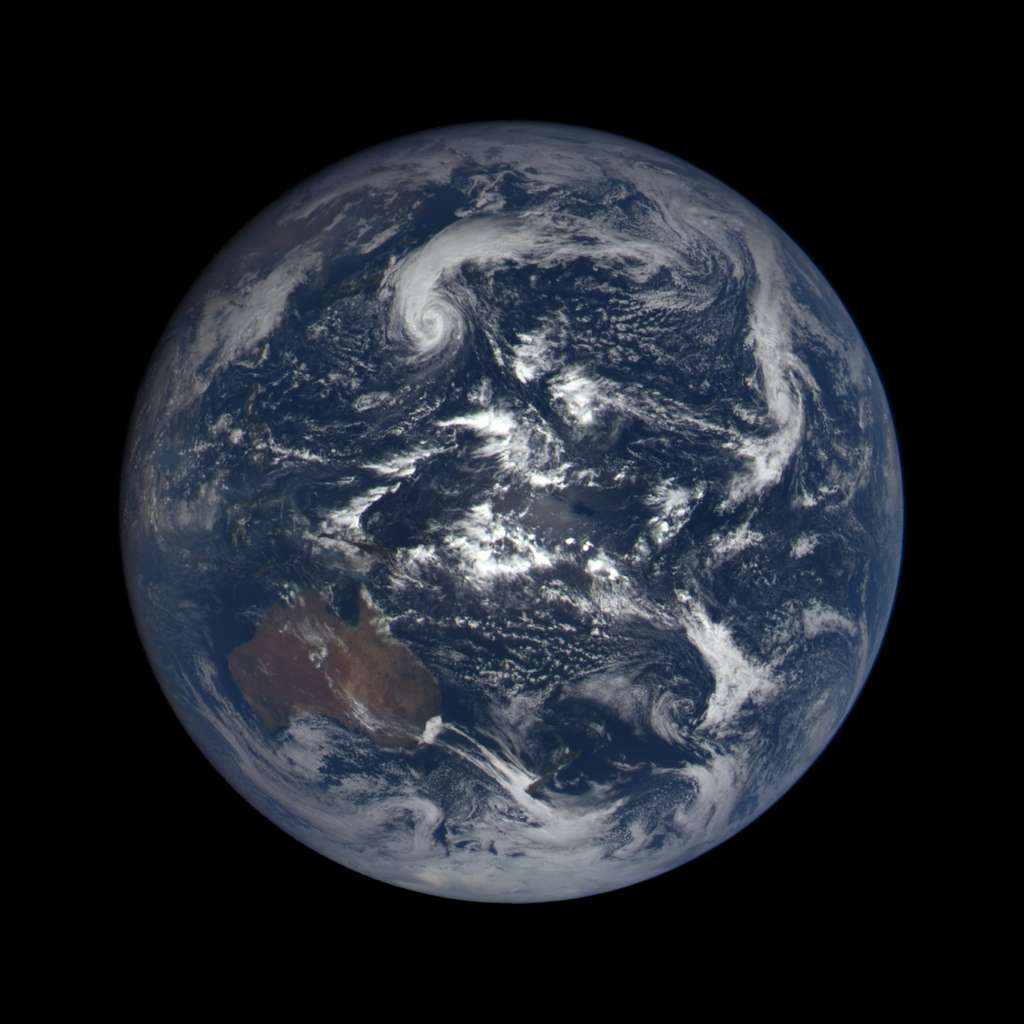 Le globe terrestre centré sur l'immense océan Pacifique. Photo composite prise par le satellite DSCOVR, le 7 octobre 2015 à 00h13 TU. © Nasa