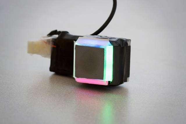 Ce capteur GelSight est la seconde version d'un modèle développé depuis 2009 qui a été considérablement miniaturisé pour pouvoir être installé sur des doigts robotisés. © Melanie Gonick/MIT