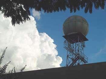 Un des deux radars météorologiques mis en oeuvre pour TROCCINOX. Centre de recherche IPMet de Bauru (Brésil).© IPMet.