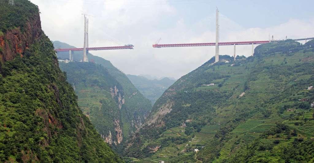 En 2018, le pont du Beipanjiang — que l'on découvre ici en construction en Chine — est le plus haut pont du monde. © HighestBridges, Wikipedia, CC by-sa 4.0