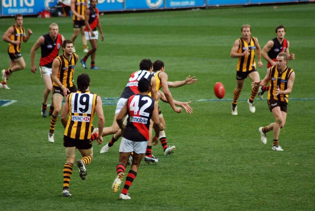 Au football australien, les contacts sont souvent violents et les KO monnaie courante. © Tom Reynolds, Wikipedia, CC by-2.0