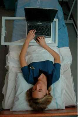 Volontaire se servant d'un ordinateur crédits Esa/M.Specht