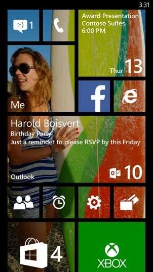 Windows Phone 8.1 apporte des retouches à l'interface générale en ajoutant une rangée de tuiles dynamiques, un centre de notifications ainsi qu'une nouvelle gamme de papiers peints qui s'affiche en arrière-plan. © Microsoft