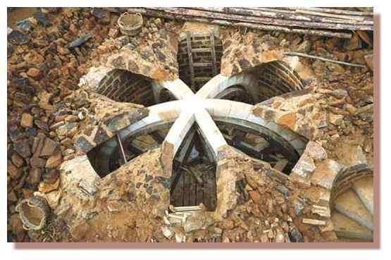 Voûte à croisée d'ogives de la première salle de la tour de la chapelle. Vue du dessus. Branches de la voûte ( 6 branches ) réalisées par assemblage de pierres calcaire appelées voûtains. © Guédelon