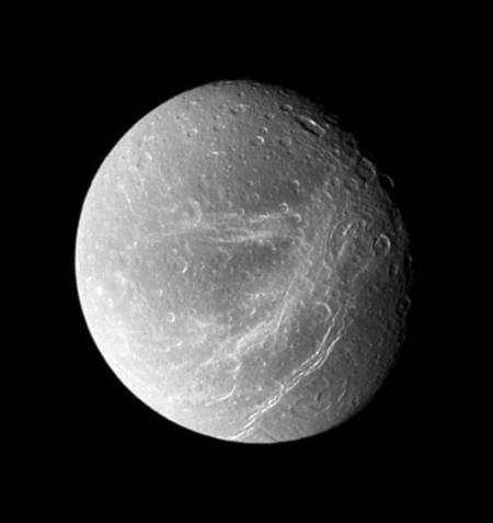 Cette image, prise au moyen de la caméra grand angle de Cassini le 30 septembre dernier, montre Dioné depuis une distance de 45.000 kilomètres. La petite lune de Saturne mesure 1.126 kilomètres de diamètre et le pouvoir de résolution est de 3 kilomètres par pixel.