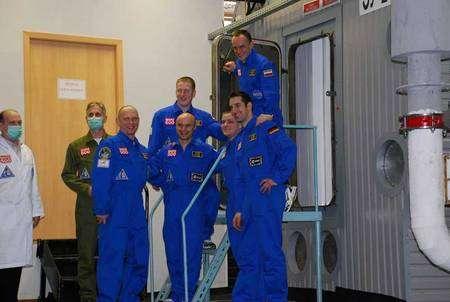 L'équipe des pseudo-astronautes devant le sas d'entrée du caisson d'isolement. Crédit Esa