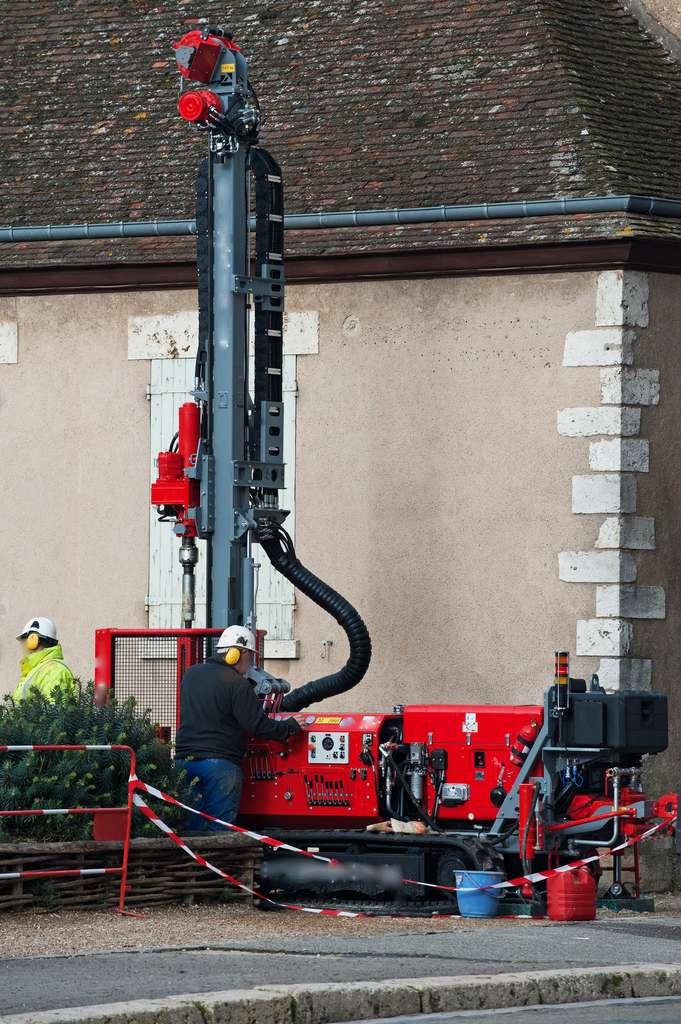 Le géotechnicien intervient en amont d'un projet de construction, en étudiant la solidité d'un sol via des forages ou sondages. © compagnie-17, Fotolia.