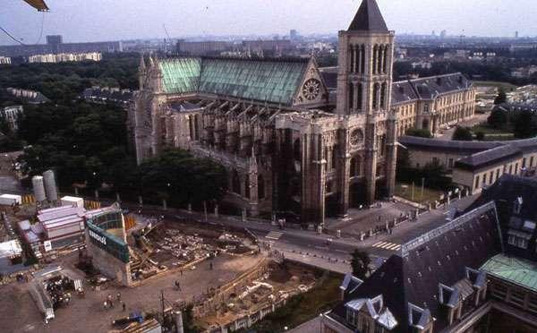Fig. 3 - Vue de la basilique Saint-Denis avec un chantier de fouille ouvert sur le cimetière extérieur au nord de l'édifice (1990). © UASD Olivier Meyer