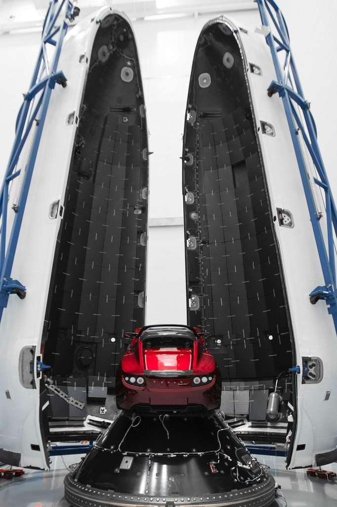 Le Tesla Roadster d'Elon Musk installé sur l'étage supérieur Falcon Heavy, avant que la coiffe du lanceur ne l'enferme pour le protéger du décalage. © SpaceX