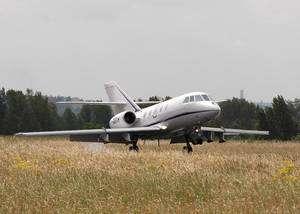 Le Falcon 20 modifié de la flotte Safire (Service des Avions Français Instrumentés pour la Recherche en Environnement). On remarque sur le nez l'éperon portant des instruments de mesure de la turbulence. Sous les ailes, quatre pylônes servent à accrocher des instruments. Ce que l'on ne voit pas : les hublots sur le dos et sur le ventre de l'appareil, la commande de largage de la dropsonde et l'intérieur de la cabine, entièrement revisité pour accueillir l'instrumentation et son contrôle. © Safire