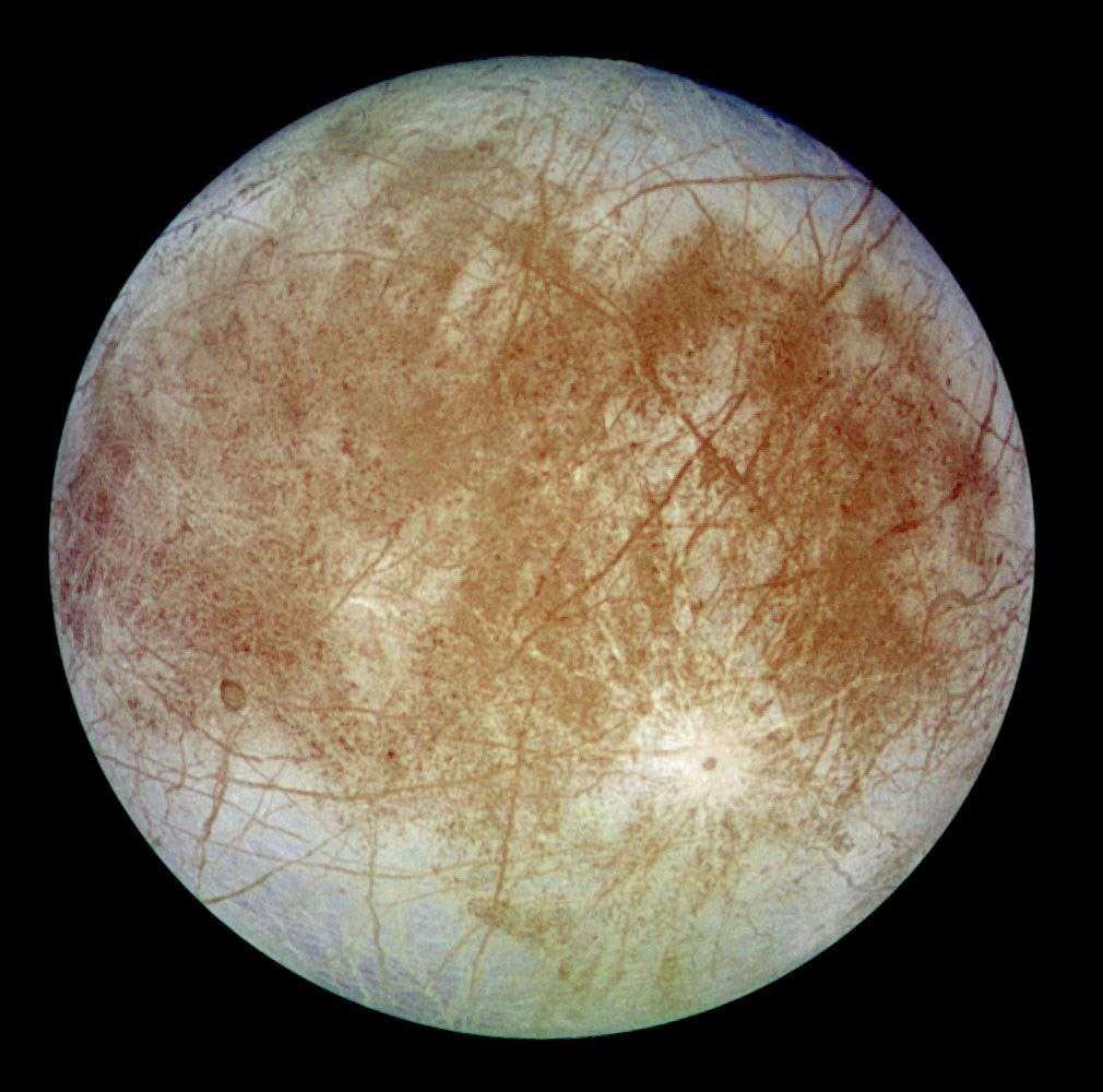 Les vraies couleurs d'Europe. Concernant les points d'entrée dans la surface des futurs pénétrateurs, Astrium les souhaite aux pôles, parce que ces régions ont des surfaces relativement lisses. Des accidents de relief, en effet, risqueraient de modifier l'angle d'impact. En outre, ce choix facilitera les communications. © Nasa, JPL