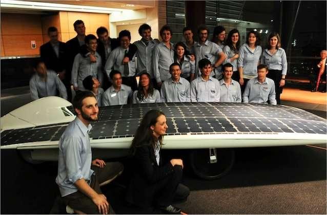 Les étudiants australiens de la New South Wales University, réunis autour de Daniel Friedman. © Sunswift