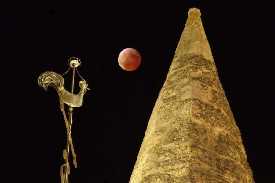 Lune éclipsée au-dessus d'une église romane, Nuits-Saint-Georges (21). © J.-B. Feldmann