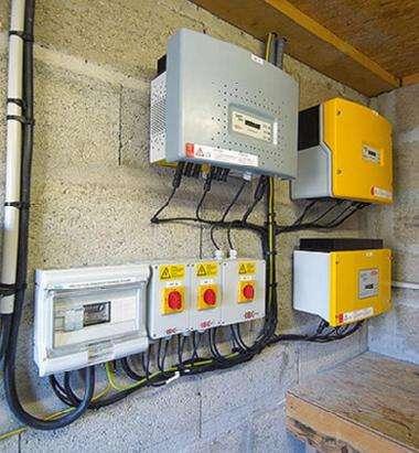 La qualité de conception de l'onduleur-générateur (en gris) influe sur celle du courant produit. Pour garantir un bon fonctionnement, les installations sont équipées de parasurtenseurs. © www.solewa.com