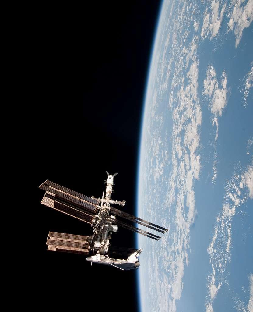 Cette image permet de se faire une idée de la taille de l'ISS en la comparant avec celle de la navette Endeavour, longue de 37 mètres pour une envergure de plus de 23 mètres. © Nasa
