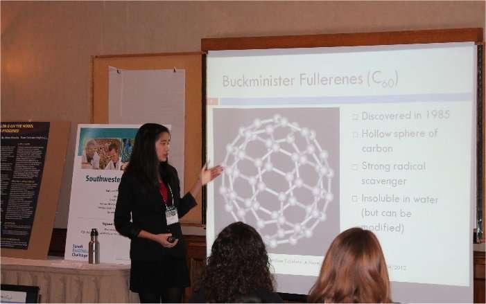 Janelle Tam explique au jury la structure d'une molécule de fullerène. © Sanofi Biogeneius Challenge Canada