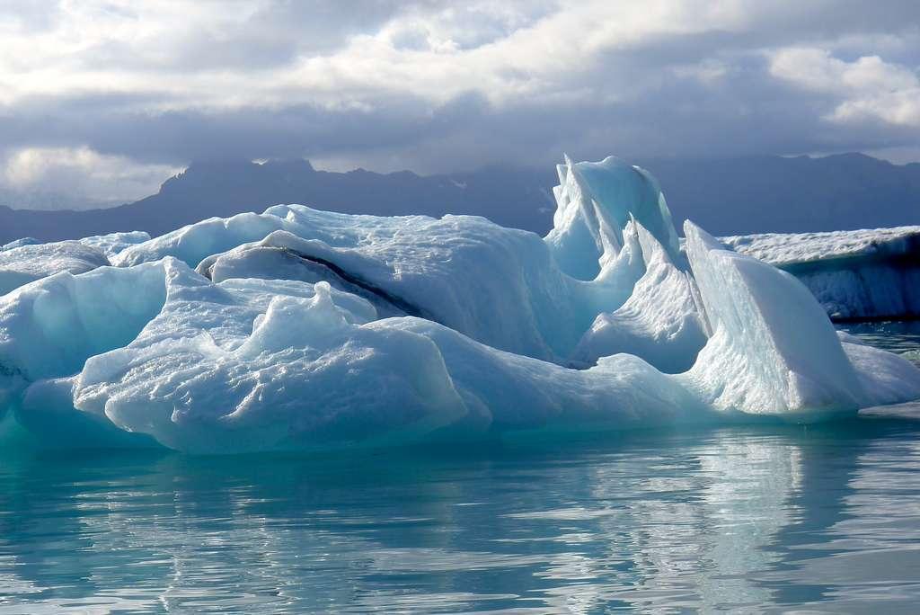 La glace se craquelle par mouvements brusques au rythme de deux secousses par jour ; une fréquence beaucoup plus élevée avec le riz soufflé. © Cari, Flickr