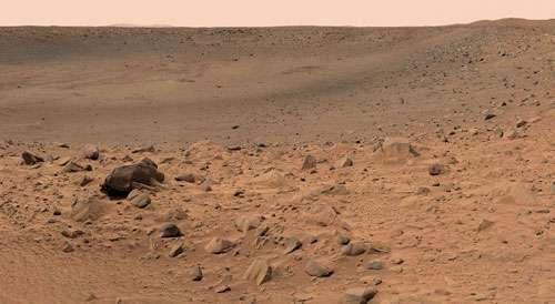 Aspect du désert de sable et de pierres en bordure du cratère Bonneville photographié par la rover Spirit le 12 et 13 mars 2004. Notez la poussière recouvrant tous les rochers situés à l'avant-plan. Crédits : NASA/JPL/MER.