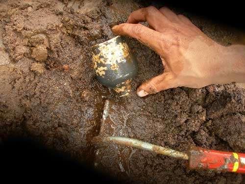 Céramique (gobelet) gallo-romaine dans le comblement d'un puits. © Inrap