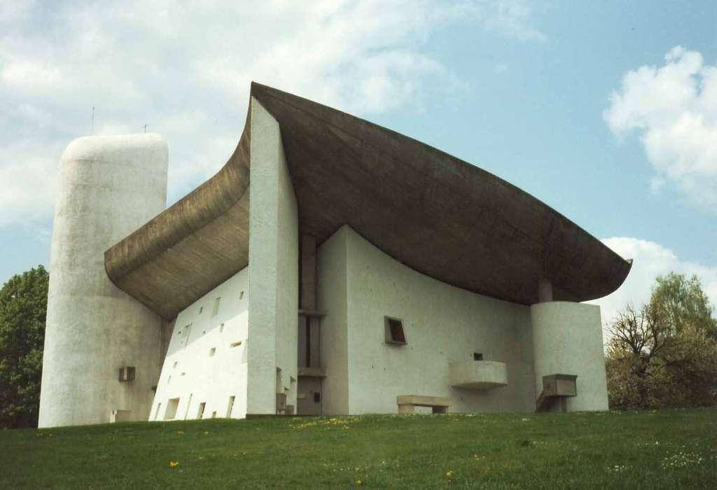 La chapelle Notre-Dame-du-Haut construite sur la colline de Bourlémont, à Ronchamp. © A. Bourgeois, GNU 1.2
