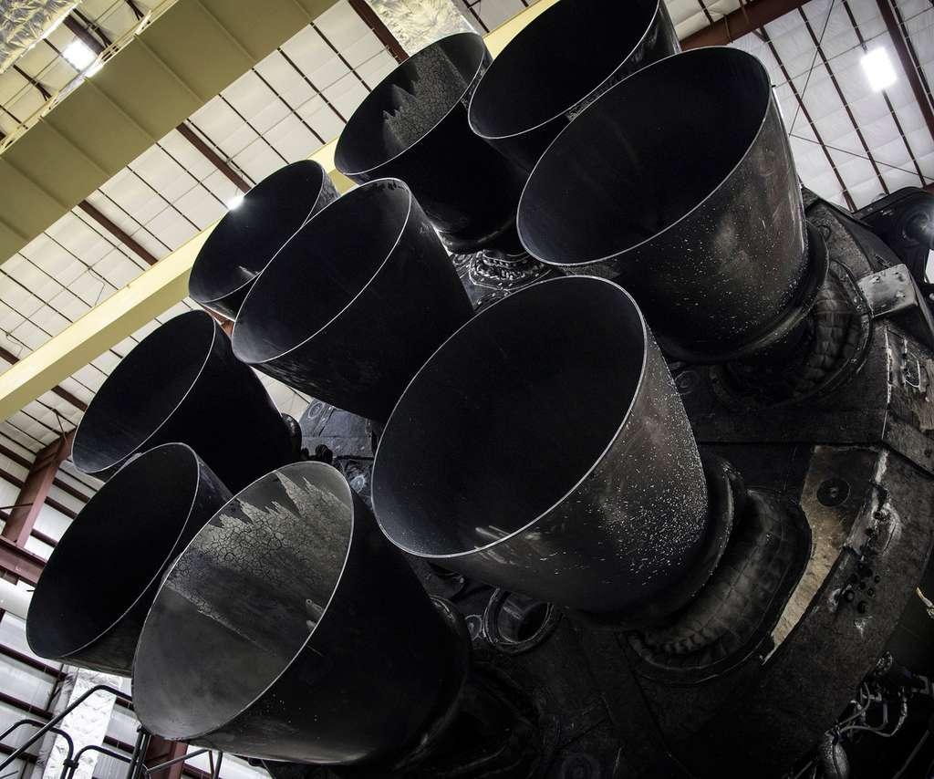 Les neuf moteurs Merlin de l'étage principal du Falcon 9. Ils sont vus ici après la récupération ; leur état ne montre pas de dommage apparent. © SpaceX