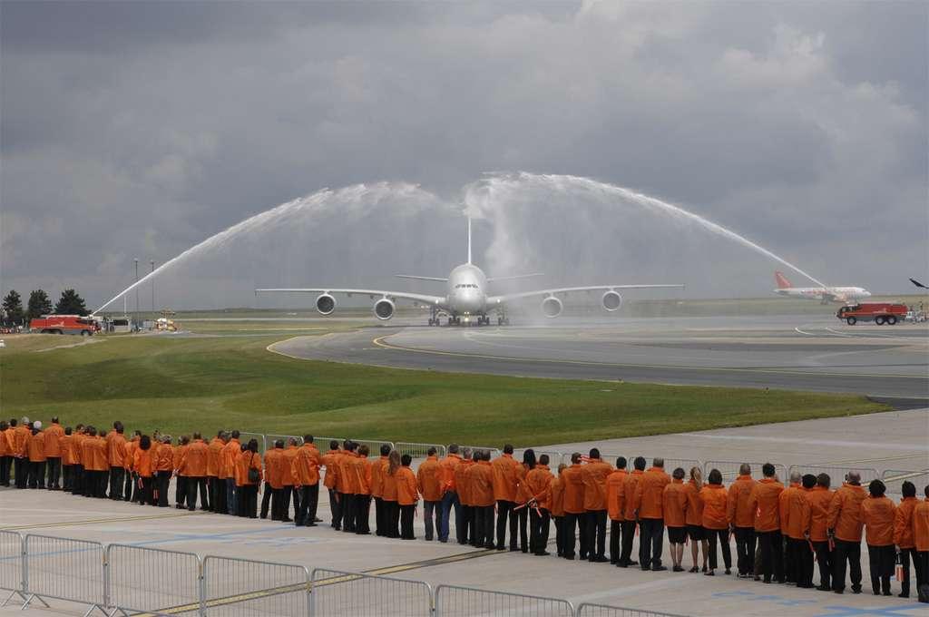 Les pompiers accueillent l'A380 à Charles de Gaulle