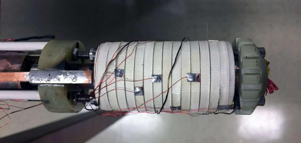 L'aimant, de taille d'un demi-rouleau de papier toilette, est enveloppé d'un ruban ultrafin de matériau supraconducteur ReBCO, puis dans de la fibre de verre. © MagLab
