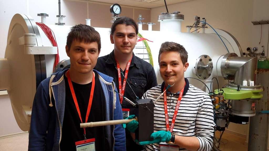 De gauche à droite : Chris de Claverie, Valentin Steichen et Jordan Culeux, les trois fondateurs du projet. Derrière eux, la chambre à plasma de l'Estec (le centre technique de l'ESA) qui a servi à des tests. © Ipsa One