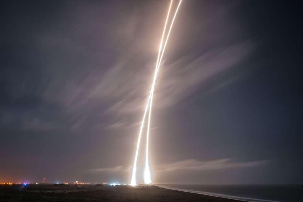 Le décollage du lanceur Falcon 9 et, quelques minutes plus tard, le retour au sol de l'étage principal. © SpaceX