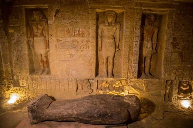 Le puits funéraire où ont été découverts 59 sarcophages, à Saqqara (Égypte) le 3 octobre 2020. © Khaled Desouki, AFP