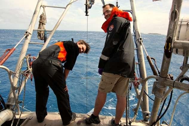 Les récoltes de plancton, depuis la poupe de Tara. À gauche, Sarah Searson, océanographe britannique. © Sybille d'Orgeval / Tara Expéditions