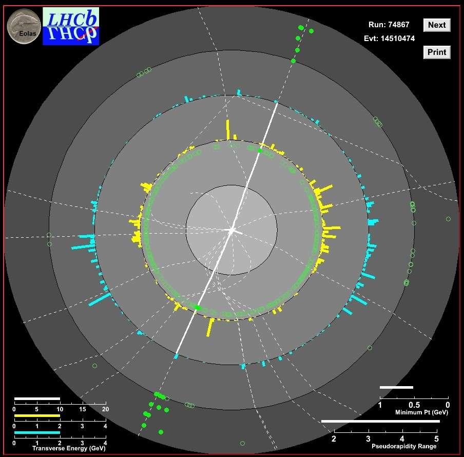 La désintégration d'un boson Z produisant deux muons (lignes blanches épaisses) à l'expérience LHCb. Les marques vertes montrent les points où les particules traversent les chambres à muons. Crédit : Collaboration LHCb-Cern