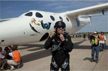 Richard Branson à Oshkosh, heureux de voler dans son WhiteKnightTwo, construit par l'entreprise Scaled Composites. © Virgin Galactic
