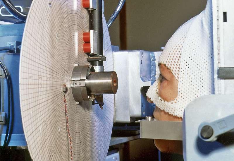 La protonthérapie est utilisée à l'Institut Paul Scherrer (PSI), en Suisse, pour soigner les tumeurs oculaires. Malheureusement, pour générer des faisceaux de protons, il faut une machine de grande taille que l'on ne peut construire dans tous les hôpitaux. © Institut Paul Scherrer