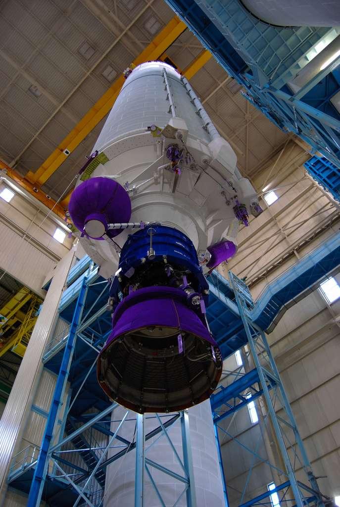 L'étage principal cryotechnique (EPC) d'Ariane 5, avec le moteur Vulcain 2, sur le site d'Astrium des Mureaux, dans les Yvelines. © Rémy Decourt