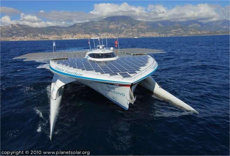 Le Tûranor PlanetSolar repose sur ses deux coques latérales qui ressemblent plutôt à des flotteurs de catamaran. Son pont généreux supporte près de 540 mètres carrés de cellules solaires et sa coque centrale accueille un équipage de six personnes. © PlanetSolar