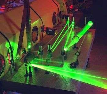 Par l'intermédiaire des travaux d'Einstein de 1917, le laser est une application de la théorie quantique.