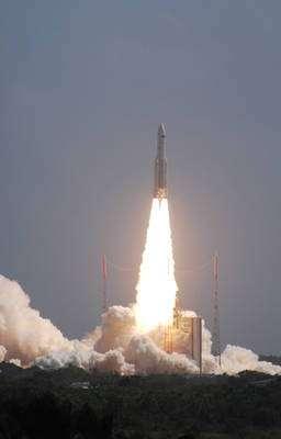Depuis 2008, une meilleure utilisation d'Ariane 5 a permis un gain de performance de 400 kg passant, pour le lancement double, de 8,7 à 9,1 tonnes. Cela montre les capacités des équipes au sol à exploiter au mieux un lanceur qu'elles maîtrisent parfaitement. L'image montre le lancement des satellites Herschel et Planck (V188, mai 2009). (Cliquez sur l'image pour l'agrandir.) © R. Decourt / Futura-Sciences