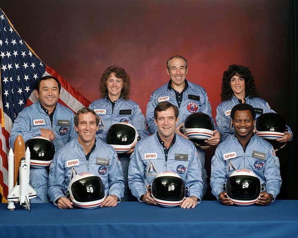 L'équipage de la mission STS-51 L Challenger, le 15 novembre 1985. Derrière, de gauche à droite : Ellison S. Onizuka, Sharon Christa McAuliffe, Greg Jarvis, et Judy Resnik. Devant, de gauche à droite : Michael J. Smith, Dick Scobee, et Ron McNair. © Nasa