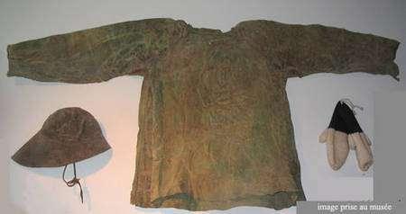 Veste cirée, qui sera en peau de phoque, de cheval ou de mouton enduite d'huile de phoque et de poisson plusieurs fois pour être imperméabilisée et utilisée pour la pêche : ces vestes sont restées en usage jusque vers 1930 en Islande. © Musée d'Akureyri