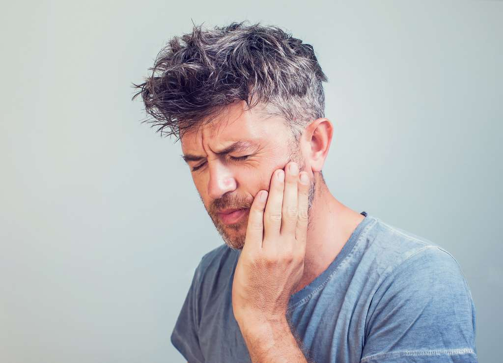 Rage de dents ou pose d'un bridge..., les dentistes prennent toutes les mesures sanitaires pour protéger le patient et se protéger. © Aleksej, Adobe Stock