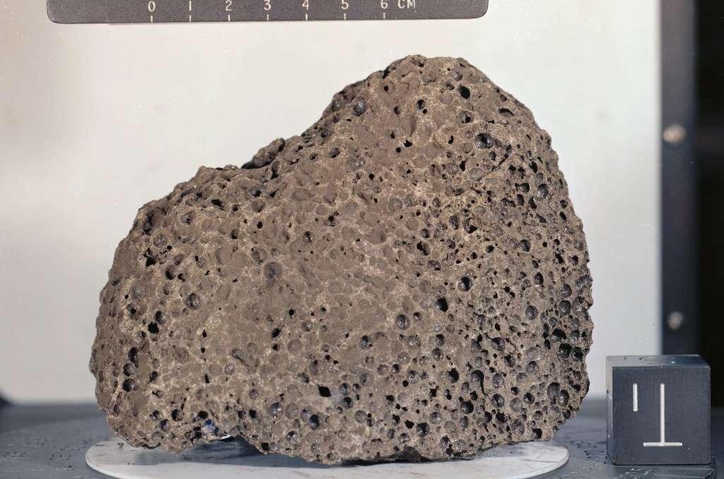 Un échantillon de roche lunaire prélevé lors de la mission Apollo 15. Il s'agit d'un basalte. © Nasa