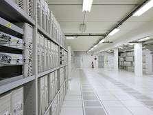 Vues du centre de calcul du Cern où se trouve la ferme de PC et une partie de la grille. © Cern