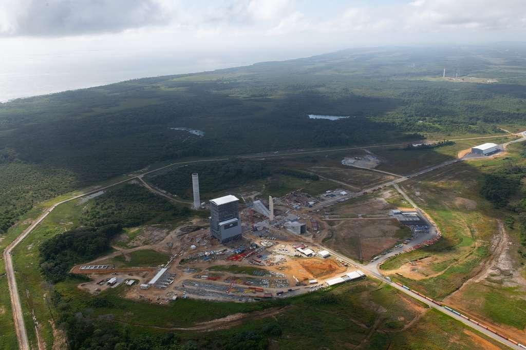 État d'avancement du chantier de construction du pas de tir d'Ariane 6 (ELA-4) à juin 2019. Au fond à droite, il est possible de voir le pas de tir ELA-3 qu'utilise l'actuelle Ariane 5. © ESA, S. Corvaja