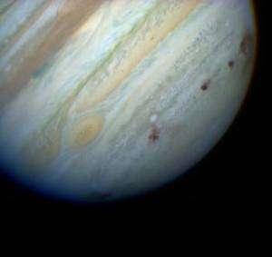 Au cours de l'été 1994, le télescope Hubble observe les cicatrices laissées sur Jupiter par les morceaux de la comète Shoemaker-Levy 9. (Cliquer sur l'image pour l'agrandir.) Crédit Nasa/HST