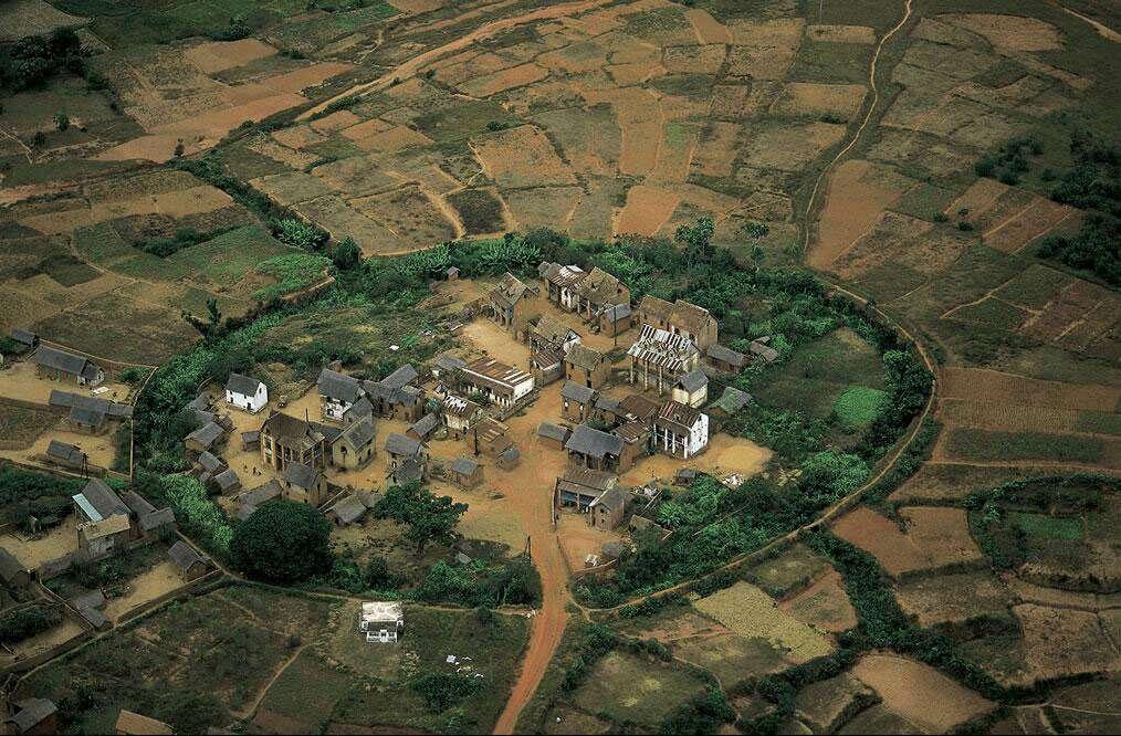 Village traditionnel au nord d'Antananarivo, Madagascar (18°47' S - 47°30' E). Madagascar est non seulement l'un des quinze pays les plus pauvres au monde, mais en 1998 ses dépenses publiques consacrées à la santé étaient les plus basses de toute l'Afrique (avec 15 dollars par habitant). Malgré cette carence, Madagascar est un des seuls pays de l'Afrique subsaharienne relativement épargné par l'épidémie de VIH. La maladie, entrée dans sa troisième décennie d'existence, prend des proportions alarmantes sur le continent noir. © Yann Arthus-Bertrand - Tous droits réservés
