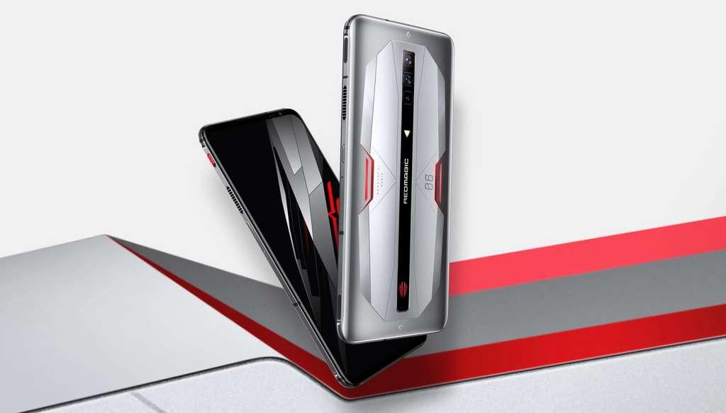La version Pro se distingue visuellement du RedMagic 6 grâce à sa coque en aluminium. © Nubia