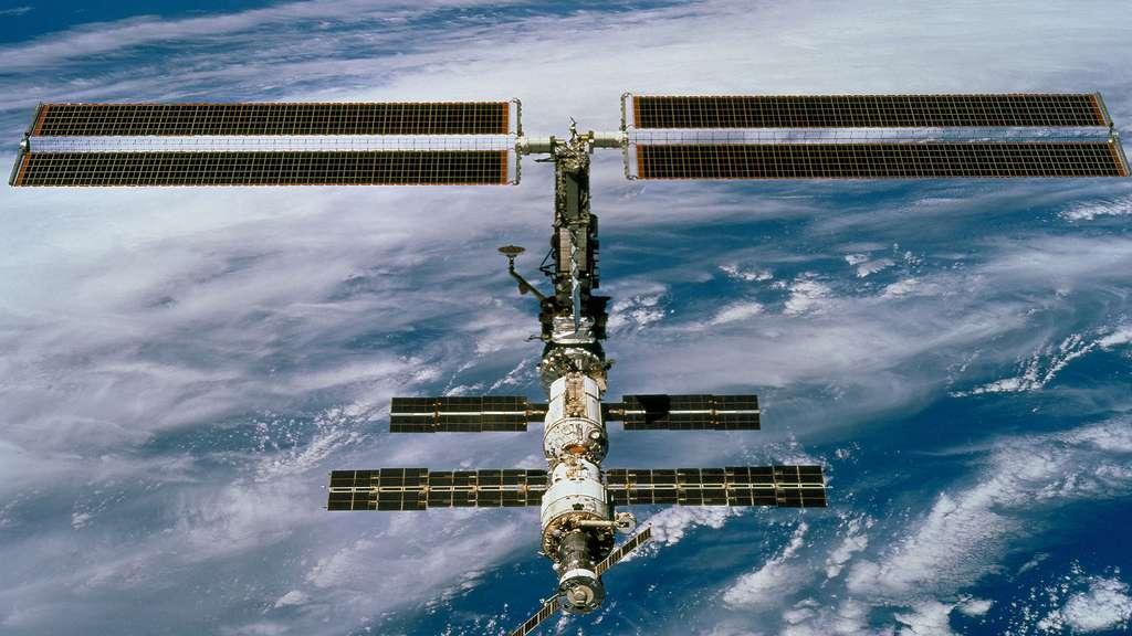 Décembre 2000 : la poutre P6 qui supporte les 2 grands panneaux solaires