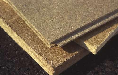 Plaques d'isolant en fibre de bois, un excellent isolant sous toiture pour se protéger des chaleurs. © A. Bosse-Platière, Terre vivante